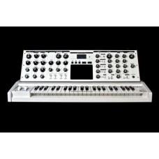 Moog Minimoog Voyager Performer Edition White аналоговый синтезатор, 44кл